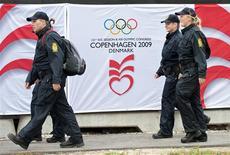 """<p>Polícia dinamarquesa ronda o Bella Center, em Copenhagen, local do anúncio da sede das Olimpíadas de 2016. As quatro cidades que disputam o direito de realizar a Olimpíada de 2016 iniciaram nesta terça-feira três dias de esforços intensivos por suas candidaturas, mas o """"fator Obama"""" é que tem dominado a reta final antes da votação do Comitê Olímpico Internacional (COI), na sexta-feira.28/09/2009.REUTERS/Keld Navntoft/Scanpix</p>"""