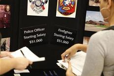 <p>Applicants apply for jobs at a job fair in Dallas, Texas September 23, 2009. REUTERS/Jessica Rinaldi</p>