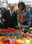 """<p>A primeira-dma dos EUA Michelle Obama (dir) vai promover alimentos saudáveis no programa infantil """"Vila Sésamo"""" REUTERS/Molly Riley (UNITED STATES POLITICS)</p>"""