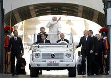 <p>O Papa Bento XVI acena ao chegar no Vaticano. Um muçulmano, um católico e um agnóstico contribuíram com suas composições musicais para um álbum com canções e orações do papa Bento XVI, previsto para ser lançando em novembro.30/09/2009.REUTERS/Alessia Pierdomenico</p>