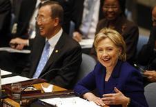 """<p>La secrétaire d'Etat américaine Hillary Clinton (ici aux côtés du secrétaire général de l'Onu Ban Ki-moon) apprécie beaucoup d'être présidente - du Conseil de sécurité de l'Onu. """"J'aime bien être présidente, alors cette séance va peut-être durer un peu plus que prévu"""", a déclaré mercredi lors d'une réunion du Conseil l'ancienne rivale de Barack Obama pour l'investiture du Parti démocrate à la présidentielle 2008. /Photo prise le 30 septembre 2009/REUTERS/Shannon Stapleton</p>"""