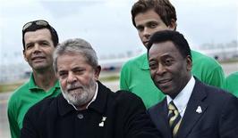 <p>Presidente Lula posa para fotos com Pelé, Lars Grael e Cesar Cielo ao chegar em Copenhague. Dobradinha Copa-Olimpíada pode ajudar Brasil. REUTERS/Jens Norgaard Larsen/Scanpix</p>
