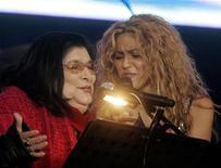 <p>A cantora Mercedes Sosa (esq., ao lado da cantora Shakira) está hospitalizada devido a um problema renal REUTERS/Enrique Marcarian (ARGENTINA)</p>