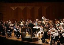<p>Foto de archivo de un ensayo de la Filarmónica de Nueva York dirigido por Lorinz Maazel (al centro en la imagen) en el Centro de las Artes de Seúl, 28 feb 2008. La Filarmónica de Nueva York aplazó sus planes de hacer una histórica visita a Cuba prevista para este mes, debido a las restricciones de viaje que impiden a los financiadores acompañar a la orquesta, según un comunicado divulgado el jueves. REUTERS/Lee Jae-Won</p>