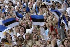 <p>Люди в флагами Эстонии на фестивале в Таллинне 4 июля 2009 года. Эстония ищет более прочных отношений с Россией, но по-прежнему обеспокоена недавними военными маневрами Москвы в регионе и ее пятидневной войной с Грузией в прошлом году, сказал министр обороны страны в интервью Рейтер. REUTERS/Ints Kalnins</p>