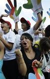 <p>Pessoas em Madri reagem ao anúncio da eliminação de Tóquio e Chicago na corrida para sediar as Olimpíadas 2016. Chicago foi eliminada, nesta sexta-feira, na primeira rodada da votação do Comitê Olímpico Internacional (COI) para a escolha da sede da Olimpíada de 2016.02/10/2009.REUTERS/Juan Medina</p>