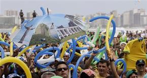 <p>Rio comemora na praia com sol e samba vitória para Jogos de 2016. REUTERS/Sergio Moraes</p>