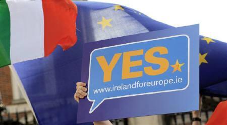 10月3日、アイルランド国民投票でEU新基本条約「リスボン条約」批准が確実に。写真は批准への賛成を呼び掛けたプラカード(2009年 ロイター/Cathal McNaughton)