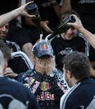 <p>O piloto de F1 Sebastian Vettel comemora vitória com seus companheiros de equipe, em Suzuka. Vettel venceu o Grande Prêmio do Japão neste domingo para voltar com força à disputa do título de Fórmula 1 desta temporada, enquanto Jenson Button viu sua vantagem na liderança cair para 14 pontos, com duas corridas a serem disputadas.04/10/2009.REUTERS/Kim Kyung-Hoon</p>