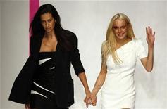 <p>La diseñadora Estrella Archs (izquierda) aparece junto a la actriz Lindsay Lohan al final del desfile de su colección Primavera/Verano 2010 para la casa Emanuel Ungaro durante la Semana de la Moda de París, oct 4 2009. REUTERS/Jacky Naegelen (FRANCE)</p>
