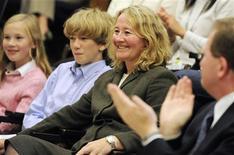 <p>Uno de los ganadores del premio Nobel de Medicina 2009 Carol Greider es aplaudida en una conferencia de prensa en la Universidad John Hopkins en Baltimore, Maryland, 5 oct 2009. Tres científicos estadounidenses ganaron el premio Nobel de Medicina 2009 por revelar la existencia y naturaleza de la telomerasa, una enzima que ayuda a prevenir la degradación de los cromosomas involucrados en el proceso de envejecimiento y el cáncer. Elizabeth Blackburn -oriunda de Australia-, Jack Szostak -nacido en Gran Bretaña- y Carol Greider ganaron el premio, consistente en 10 millones de coronas suecas (1,42 millones de dólares), dijo el Instituto Karolinska de Suecia. REUTERS/Jonathan Ernst</p>