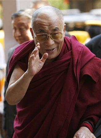 The Dalai Lama waves as he arrives at his hotel in Washington, October 5, 2009. REUTERS/Kevin Lamarque