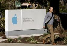 <p>Un passante davanti all'ingresso della sede Apple. REUTERS/Robert Galbraith</p>