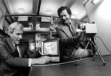 <p>Imagen de archivo de 1974 de los ganadores del premio Nobel de Física Willard Boyle y George Smith. Willard Boyle, canadiense-estadounidense, y George Smith, de Estados Unidos, compartieron la otra mitad por inventar la primera tecnología de imágenes exitosa a través del uso de un sensor digital. REUTERS/Copyright by Alcatel-Lucent/Bell Labs/Handout/Archivo</p>