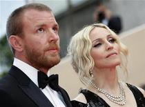 """<p>Foto de archivo del director de cine Guy Ritchie junto a la cantante Madonna en la alfombra roja del Festival de Cine de Cannes, Francia, 21 mayo 2008. Un año después de que Madonna lo llamara """"emocionalmente retardado"""", su ex marido Guy Ritchie dijo a la revista Esquire, en una entrevista que fue publicada el miércoles en internet, que todavía la ama, pero que ella misma es """"retardada"""". REUTERS/Eric Gaillard/Files</p>"""