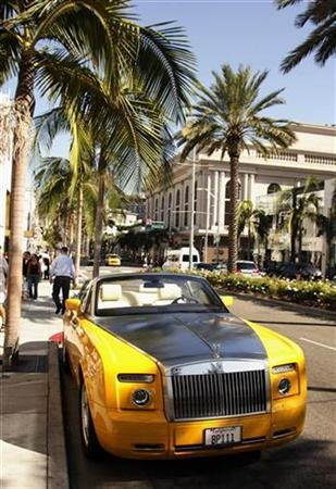 A Rolls Royce convertible is seen parked on Rodeo Drive in Beverly Hills, California August 5, 2008. REUTERS/Fred Prouser