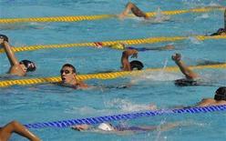 <p>Immagine d'archivio di atleti durante il riscaldamento in una piscina di Roma. REUTERS/Wolfgang Rattay (ITALY SPORT SWIMMING)</p>