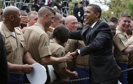 Archivaufnahme von US-Präsident Barack Obama bei einer militärischen Zeremonie im Garten des Weissen Hauses am 30. April 2009 in Wahsington. REUTERS/Jim Young