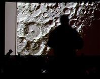 <p>Personas observan por una pantalla el impacto de dos naves contra un cráter lunar en el Centro de Investigaciones de la NAsa en Moffett Field, California, 9 oct 2009. Como parte de su búsqueda de agua en la Luna, la NASA hizo impactar el viernes dos naves contra un cráter lunar que está eternamente a la sombra, esperando que salpique agua helada hacia la luz, donde los instrumentos puedan examinarla. Un cohete vacío de dos toneladas impactó contra el cráter Cabeus cerca del polo sur de la Luna alrededor de las 1131 GMT y el segundo lo hizo cuatro minutos más tarde. REUTERS/Kim White</p>