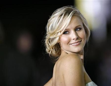 Cast member Kristen Bell poses at the premiere of the movie ''Couples Retreat'' at the Mann's Village theatre in Westwood, California October 5, 2009. REUTERS/Mario Anzuoni