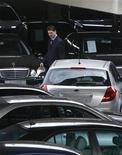 <p>A salesperson walks among Mercedes Benz and KIA cars at a shop in Riga March 20, 2009. REUTERS/Ints Kalnins</p>