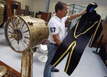 <p>Mise à prix à 10.000 euros, une combinaison de plongée ayant appartenu au commandant Jacques-Yves Cousteau a été adjugée 18.951 euros lors d'une vente aux enchères organisée samedi à Marseille. /Photo prise le 6 octobre 2009/REUTERS/Jean-Paul Pélissier</p>