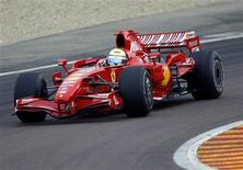 <p>O piloto da Ferrari Felipe Massa treina na pista da Fiorano. Massa disse ter se sentido como o piloto que era ao voltar a conduzir um carro de Fórmula 1 nesta segunda-feira pela 1a vez desde seu grave acidente no Grande Prêmio da Hungria.12/10/2009.REUTERS/Giampiero Sposito</p>