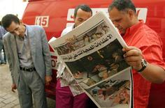 <p>Moroccans read a newspaper a day after a suicide bombing in Casablanca in a file photo. REUTERS/Anton Meres</p>