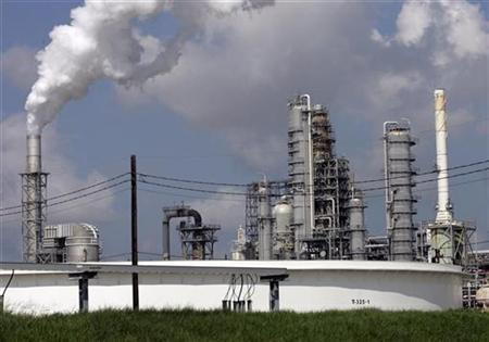An oil refinery is seen in Norco, Louisiana August 15, 2008. REUTERS/Shannon Stapleton