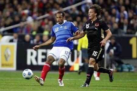 France's Thierry Henry (L) passes the ball next to Austria's Julian Baumgartlinger during their World Cup 2010 qualifying match at Stade de France's stadium in St Denis, October 14, 2009. France warmed up for next month's World Cup playoffs by beating Austria 3-1 in their final Group Seven qualifier on Wednesday.REUTERS/Charles Platiau