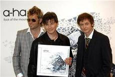 """<p>La banda de pop noruega a-ha posa durante la promoción de su nuevo disco """"Foot Of The Mountain"""" en Berlín, 11 jun 2009. La banda noruega de pop a-ha, que saltó a la fama en la década de 1980, terminará su carrera de casi 30 años con una gira mundial en el 2010, dijo el jueves Universal Music. A-ha logró su mayor éxito en 1985 con su álbum debut """"Hunting High and Low"""", una producción que incluyó la canción número uno en el mundo """"Take on me"""". El grupo vendió más de 35 millones de copias de sus nueve álbumes, o 70 millones de copias incluyendo los singles. REUTERS/Pawel Kopczynski/Archivo</p>"""