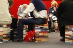 """<p>Visitantes leen en la Feria del Libro de Francfort, en Alemania, 14 oct 2009. La Feria del Libro de Francfort ha escogido tomar un camino menos controversial el próximo año en la elección del invitado de honor, escogiendo a Argentina después de fuertes debates por la nominación de Turquía y China. """"Para un invitado de honor en la Feria del Libro de Francfort, esto es inusual, ya que generalmente manejamos literatura desconocida"""", dijo el jueves a una conferencia de prensa Juergen Boos, presidente de la Feria del Libro de Francfort. REUTERS/Johannes Eisele</p>"""