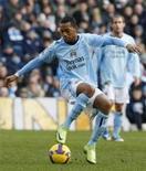 <p>O atacante Robinho do Manchester City diz que gostaria de jorgar no Barcelona, mas desconhece acordo de empréstimo divulgado na imprensa espanhola. REUTERS/Phil Noble</p>