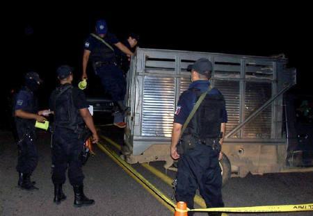 10月16日、メキシコの麻薬組織が敵対する10人の首切り死体を遺棄。写真は死体が遺棄されていたトラック(2009年 ロイター)