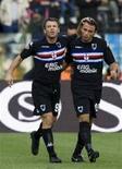 <p>Jogadores da Sampdoria comemoram gol em partida contra a Lazio no domingo. O jogo terminou empatado em 1 x 1 e deixou a Inter de Milão no topo da tabela da liga italiana. REUTERS/Alessandro Bianchi</p>