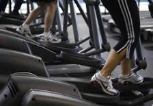 <p>Clients work out on machines at the Bally Total Fitness facility in Arvada, Colorado June 15, 2009. REUTERS/Rick Wilking</p>