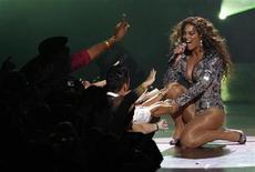 """<p>Beyonce canta """"Single Ladies"""" en la ceremonia de los premios MTV Video Music 2009 en Nueva York, 13 sep 2009. La estrella estadounidense del pop Beyonce postergó un concierto en Malasia luego que el opositor partido islámico del país manifestara su preocupación acerca de la presentación de la cantante alegando cuestiones morales, dijeron los organizadores del concierto. Las presentaciones de artistas extranjeros frecuentemente son motivo de protesta del Partido Islámico Pan-Malasio (PAS), cuyo sector joven logró que Beyonce cancelara un concierto en el 2007 en la nación mayormente musulmana de 27 millones de habitantes. REUTERS/Gary Hershorn/Archivo</p>"""