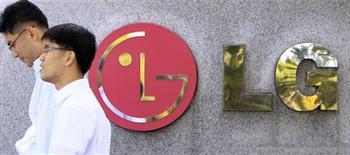 <p>Le coréen LG Electronics publie des résultats meilleurs que prévu au troisième trimestre après de bonnes ventes de téléphones et de téléviseurs, mais risque désormais de subir un infléchissement de ses bénéfices. /Photo prise le 21 octobre 2009/REUTERS/Lee Jae-Won</p>