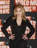 <p>Madonna posa en los premios MTV Video Music 2009 en Nueva York, 13 sep 2009. La estrella del pop estadounidense Madonna viajará el domingo a Malaui para poner la primera piedra de una multimillonaria escuela de niñas que construirá en el país africano, señaló a Reuters su organización benéfica Raising Malawi. La cantante, quien ha adoptado a dos niños del país del sur de Africa, llegaría el domingo para asistir el lunes a una ceremonia en Lilongue. La escuela tendrá un costo estimado de 15 millones de dólares. REUTERS/Lucas Jackson/Archivo</p>