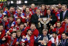 <p>Игроки сборной России по хоккею позируют после победы на чемпионате мира в Берне 10 мая 2009 года. Российские власти усилили давление на американскую Национальную хоккейную лигу (НХЛ) из-за ее нежелания дать возможность игрокам принять участие в Олимпийских играх 2014 года в Сочи, и заявили, что лучшие игроки страны готовы платить штрафы и любой ценой намерены участвовать в Олимпиаде. REUTERS/Michael Buholzer</p>