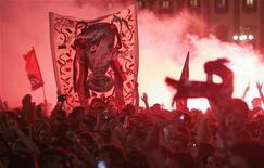 <p>Tifosi del Milan festeggiano la vittoria della Champions League in Piazza Duomo, nel 2007. REUTERS/Alessandro Garofalo</p>