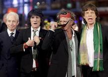 <p>Foto de archivo. De izquierda a derecha: Charlie Watts, Ron Wood, Keith Richards y Mick Jagger de The Rolling Stones en la alfombra roja del Festival de Cine de Berlín, feb 7 2008. Una nueva muestra en la galería National Portrait de Londres captura la alegre década de 1960 en Gran Bretaña, mediante fotografías que van desde presentaciones de The Beatles en el Cavern Club a la explosión psicodélica que comenzó en los años siguientes. REUTERS/Hannibal Hanschke</p>