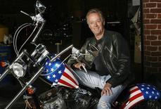 """<p>El actor Peter Fonda posa para una fotografía en una réplica de la motocicleta """"Capitán América"""" en Glendale, California. Octurbe 23, 2009. Fonda está promoviendo el reciente lanzamiento en Blue-ray de la película """"Easy Rider"""" de 1969 en su aniversario 40. REUTERS/Mario Anzuoni (ESTADOS UNIDOS)</p>"""