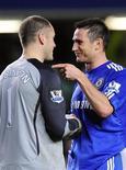 <p>O meio-campo do Chelsea, Frank Lampard, conversa com o goleiro do Blackburn Rovers, Paul Robinson, durante o jogo. REUTERS/Toby Melville</p>