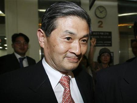 Stem cell scientist Hwang Woo-suk arrives for his trial at a court in Seoul June 19, 2007. REUTERS/Jo Yong-Hak