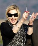 <p>La cantante americana Madonna mentre inaugura l'inizio dei lavori di una scuola a Chinkota, in Malawi. REUTERS/Siphiwe Sibeko</p>