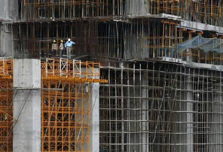 Workers stand at a construction site of a high rise building in Mumbai, in this September 9, 2009 file photo. REUTERS/ARKO DATTA/Files