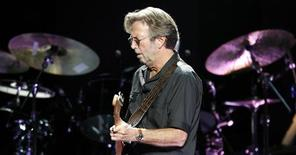<p>O cantor e compositos Eric Clapton faz show em Londres. Eric Clapton cancelou sua apresentação esta semana no Rock and Roll Hall em Nova York para remover cálculos biliares, afirmaram organizadores do evento na segunda-feira.16/10/2009.REUTERS/Luke MacGregor</p>