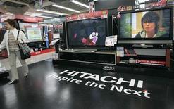 <p>Televisori ad alta definizione Hitachi esposti in un megastore di Tokyo. REUTERS/Kim Kyung-Hoon</p>