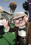 """<p>El personaje Carl Fredricksen posa en el estreno de la cinta animada de Disney-Pixar, """"Up"""", en Hollywood, 16 mayo 2009. La aclamada película de Disney-Pixar """"Up"""" logró mantenerse en el primer puesto de la taquilla británica durante su tercer fin de semana consecutivo, dijo el martes Screen International. La historia animada sobre un anciano malhumorado que se embarca en una aventura impulsada por globos recaudó otros 3,8 millones de libras esterlinas, alcanzando un total de 19,6 millones en un período de tres semanas. REUTERS/Fred Prouser/Archivo</p>"""